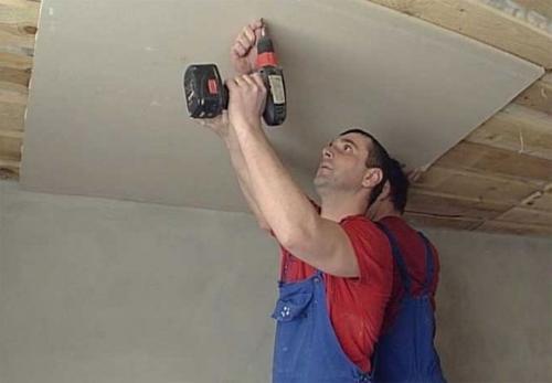 Как выровнять потолок своими руками в деревянном доме. Облицовка перекрытий гипсокартонными плитами