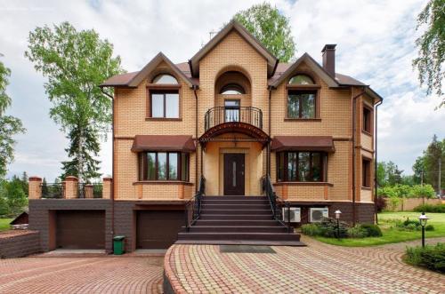 Яркие фасады домов. Цвета фасадов – выбор цветовых решений и правила гармоничного сочетания с дизайном дома
