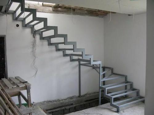 Лестница на металлическом каркасе. Преимущества лестницы на металлическом каркасе