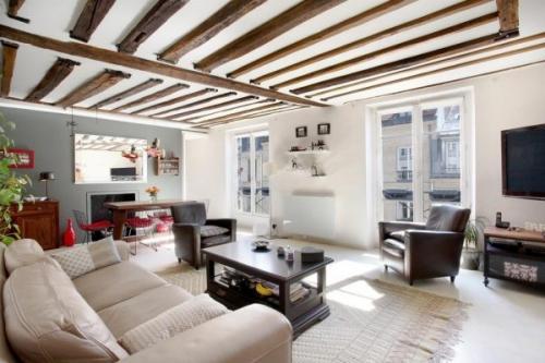 Натяжной потолок с балками. Натяжной потолок с декоративными балками