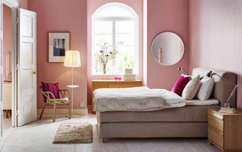 Проход между стеной и кроватью.  Спальня