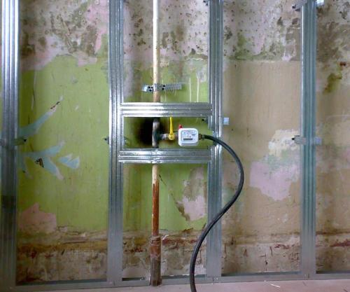 Газовый шланг под плинтус. Почему нельзя прятать газовый шланг под штукатуркой и плиткой на кухне