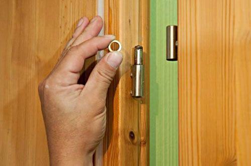 Как открыть дверь если она закрыта изнутри на защелку. Снять с петель