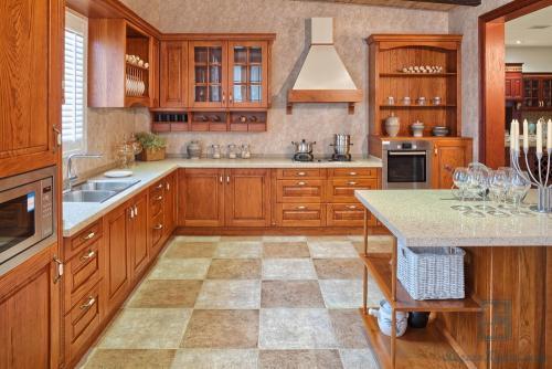 Как на кухне хранить посуду. Выбираем мебель: помощники в поддержании порядка