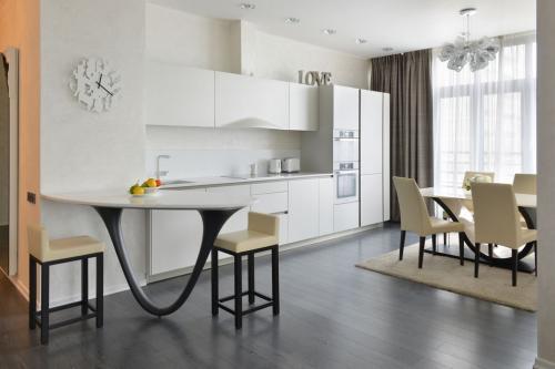 Белая глянцевая кухня советы дизайнера. Белые глянцевые кухни в интерьере реальные фото: все плюсы и минусы