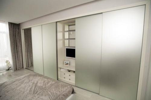 Как спрятать холодильник в зале. Прячься скорее в шкаф! Семь идей о том, как сделать квартиру просторнее