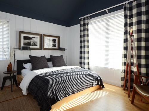 Темный потолок в спальне. Темный цвет потолка в спальне — преимущества и недостатки