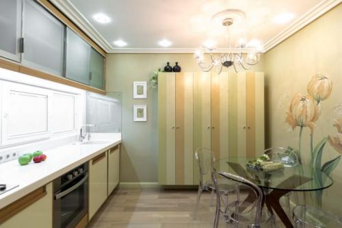 Дизайн кухни с зелеными обоями. В каком стиле оформить кухню с зелеными обоями? 01