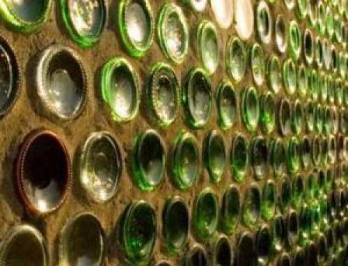 Стена из стеклянных бутылок. Стены из бутылок