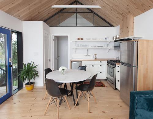 Двери цветные в интерьере. Как сделать свой дом особенным с помощью яркой двери