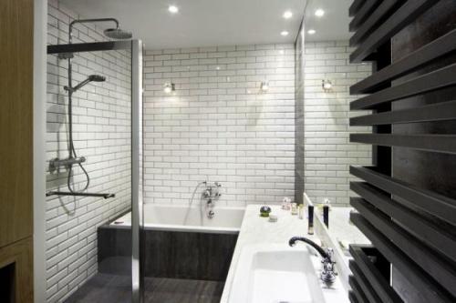 Дизайн комнаты с белой кирпичной стеной. Ванная с кирпичной кладкой