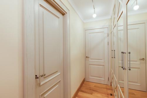 Куда должны открываться двери?