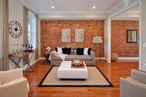 Белая кирпичная стена в интерьере с чем сочетается. Преимущества и недостатки