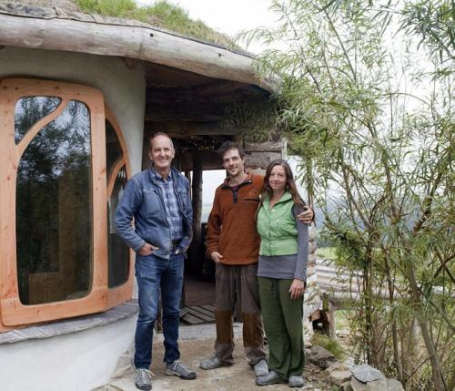 Дом из природных материалов своими руками. Молодая семья построила уютный дом из природных материалов, потратив минимум средств