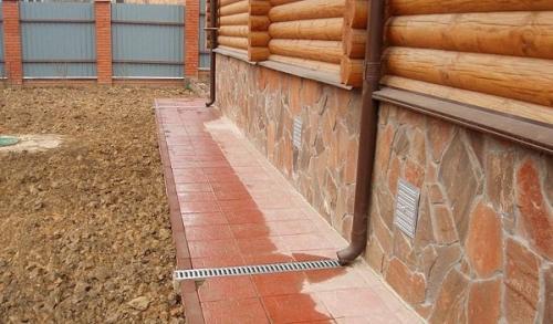Чем покрыть бетонную отмостку вокруг дома. Чем лучше всего покрыть бетонную отмостку вокруг дома